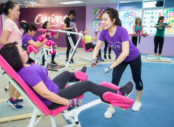 huan-luyen-vien-dang-huong-dan-hoc-vien-tai-curve-gym
